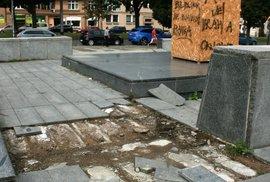 Z podstavce, kde stávala socha maršála Koněva začal mizet mramor. Krádeže už řeší policie.