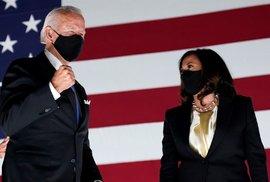 Joe Biden přijal nominaci Demokratické strany do souboje o Bílý dům. Kamala Harrisová jako adeptka na viceprezidentku mu byla po boku