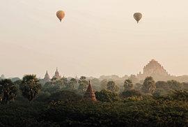 Horkovzdušné balony během svítání nad chrámy v Paganu