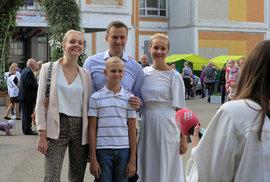 Putinův kritik Alexej Navalnyj s rodinou: manželkou Julijí, dcerou Dariou a synem Zacharem.
