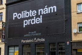 Banner na budově Paralelní Polis v pražských Holešovicích, 25. srpna 2020.