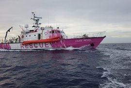Britský streetartový umělec Banksy finančně podpořil plavidlo na pomoc migrantům ve Středozemním moři.