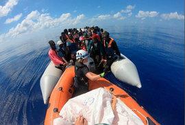 Banksyho loď ve Středomoří volala o pomoc po záchraně migrantů.