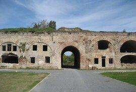 Slavonski Brod leží na řece Sávě při bosenské hranici. Za zmínku stojí klášter svaté Trojice a rakouská pevnost Brod z osmnáctého století, která vznikla na obranu habsburské říše proti Turkům.