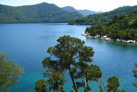 Řídce obydlený Mljet v jižní Dalmácii bývá považován za nejzelenější ostrov celého Chorvatska, lesy pokrývají víc než dvě třetiny jeho rozlohy.