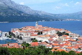 Korčula. Šestý největší chorvatský ostrov láká milovníky krásných pláží, dobrého vína, historických památek a tradičních lidových her a tanců.