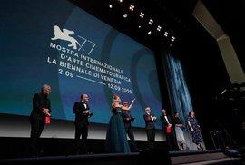 Ve středu 2.9.2020 byl slavnostně zahájen 77. ročník Mezinárodního filmového festivalu vBenátkách. Vrámci slavnostního večera ve Festivalovém paláci vystoupilo se společným prohlášením osm uměleckých ředitelů významných evropských filmových festivalů - umělecký ředitel MFF KV Karel Och stojí vlevo.