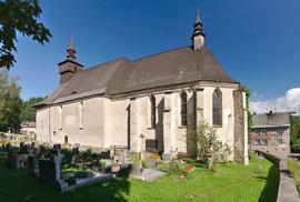 Kostel Nejsvětější Trojice se nachází na konci pastvinské přehrady v Klášterci nad Orlicí