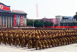 Kim Ir-sen pořádal velké vojenské přehlídky.