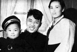 Kim Ir-sen s chotí a synem Kim Čong-ilem.