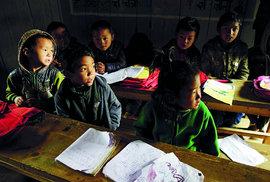 Škola ve vesnici Ghunsa, poničená zemětřesením