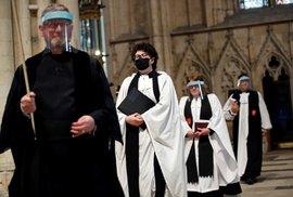 Kostelní sbor v Británii zkouší v rouškách