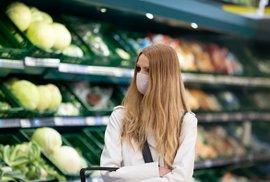 Do Česka se vrátily povinné roušky. Nasadili je i zákazníci hypermarketu v pražských Letňanech.