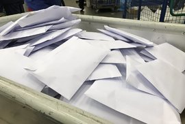Česká pošta distribuuje roušky a respirátory.