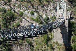 Některé mosty, po kterých musí děti přecházet, nevypadají úplně nejpevněji.