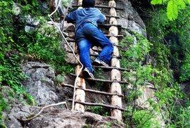 Za tyto žebříky jsou v Číně děti vděčné. Zjednodušují jim přístup do školy.
