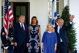 Prezident USA Donald Trump s manželkou Melanií, na snímku s izraelským premiérem Benjaminem Netanjahuem a jeho ženou Sarou.