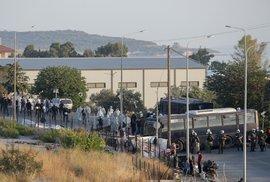 Řecká policie začala přesouvat stovky migrantů z požárem zničeného tábora Moria na ostrově Lesbos do dočasného stanového tábora Kara Tepe.