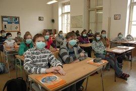 Od 18.9. museli žáci nasadit roušky i ve třídách. Výjimku mají pouze mladší děti z prvního stupně. Ti nosí roušku jen ve společných prostorech