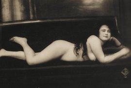 Erotické pohlednice sloužily za 1. světové války v zákopech jako platidlo.