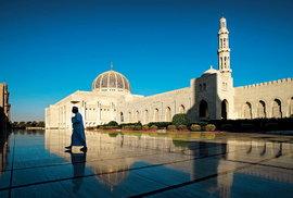 Sultánova mešita. Nádherná nová stavba dokončená v roce 2000 k výročí 30 let sultána v čele země. Mešita dokáže pojmout až 20 000 věřících a pyšní se jedním z největších tkaných koberců světa. Po fotografování ve vycházejícím slunci odpočívám na zídce, přichází ke mně muž z islámského informačního centra, nabízí mi kávu a pár slov o islámu. Po hodině vzdělávání odcházím s věnovaným koránem v podpaží.