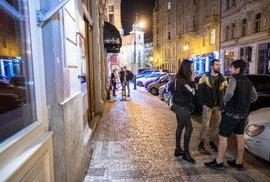 Bary i ulice hlavního města jsou kvůli epidemii nemoci covid-19 poloprázdné.
