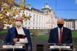 Ministři školství Robert Plaga a zdravotnictví Roman Prymula (oba za ANO) na tiskové konferenci po jednání vlády. (30.9.2020)
