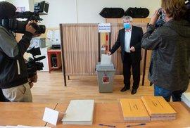 Předseda KSČM Vojtěch Filip odevzdal svůj hlas v krajských volbách v Českých Budějovicích (2. 10. 2020)