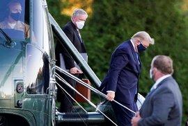 Americký prezident Donald Trump po příletu do vojenské nemocnice.