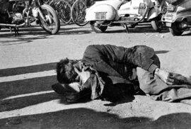 V roce 1984 v indickém Bhópálu proběhla jedna z největších katastrof na světě. Z místní chemičky unikl jed, který zabil na 25 tisíc lidí a mnoho dalších zmrzačil.