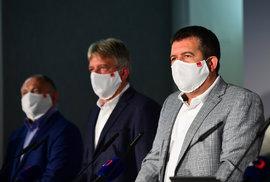 Tiskovka ČSSD po krajských volbách: Kromě Jana Hamáčka na ní nechyběl ani Michal Hašek (vlevo)