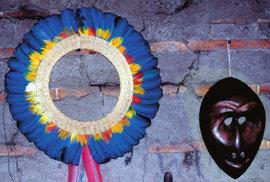 """Čelenka z barevného peří je tradiční součástí """"výbavy"""" indiánů. Šamanské řehtačky zase slouží k nejrůznějším obřadům."""