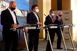 Zleva ministr školství Robert Plaga (za ANO), ministr vnitra a šéf Ústředního krizového štábu Jan Hamáček (ČSSD), premiér Andrej Babiš (ANO) a ministr zdravotnictví Roman Prymula (za ANO) vystoupili 12. října 2020 v Praze