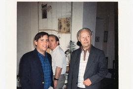 Vkvětnu 1989 se vbytě naRašínově nábřeží vPraze konala oslava při příležitosti propuštění Václava Havla zvězení. Naní mimo jiné došlo k setkání pozdějšího prezidenta sAlexandrem Dubčekem. Walter Isaacson (vlevo), tehdy jako korespondent týdeníku Time, byl utoho.