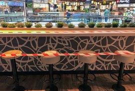 Prostor pro konzumaci jídla a pití v OC Arkády Pankrác už je taky obehnaný páskou.