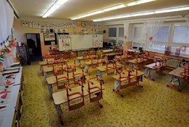 Prázdné třídy při distanční výuce na základní škole v Praze.