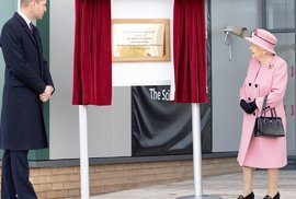 Královna Alžběta II. a princ William pobouřili veřejnost - při plnění královských povinností nenosí roušky!
