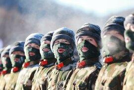 Čínští muži na náborech k ozbrojeným silám dokazují svoji odolnost.