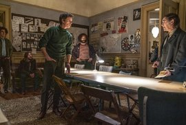 Spory mezi skupinou aktivistů ve filmu Aarona Sorkina Chicagský soud, především Abbie Hoffmanem v podání Sachy Barona Cohena (na snímku vlevo) a Tomem Haydenem, kterého hraje Eddie Redmayne (třetí zleva), musí ustoupit společné snaze o spravedlnost.