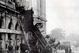 Letící lokomotiva těsně minula tramvaj. Hrozivě vypadající nehoda se udála před 125 lety