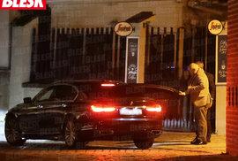 Ministr těsně míjí svého řidiče…
