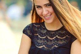 Krásná bulharská herečka Maria Bakalova září ve filmu Borat Subsequent Moviefilm jako dcera kazašského reportéra.