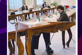 Premiér Babiš ví, jak zaujmout na sociálních sítích: Jeho papuče jsou hitem internetu