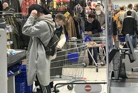 Lidé nakupující v pražském OC Nový Smíchov (31. 10. 2020)