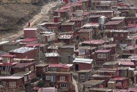 V městečku Larung Gar žije na 40 tisíc mnichů.