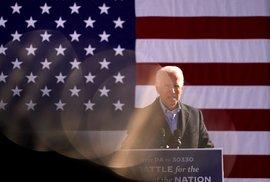Joe Biden v Ohiu mluvil o ukončení chaosu, šlo o jeho první akci posledního dne kampaně. Trump v Severní Karolíně předpovídal své vítezství. Bidena v Atlantě podpořil bývalý prezident Barack Obama. (2. 11. 2020)