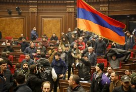 """Lidé protestují proti dohodě o zastavení bojů v oblasti Náhorního Karabachu ve vládní budově v arménském Jerevanu, 10. listopadu 2020. Arménský premiér Nikol Pashinian na Facebooku uvedl, že ukončení boje bylo """"velmi bolestivé"""" pro mě osobně a pro naše lidi. """" Brzy po oznámení tisíce lidí proudily na hlavní náměstí v arménském hlavním městě Jerevanu, aby protestovaly proti dohodě, mnozí křičeli: """"Nevzdáme se naší země."""" Někteří z nich vnikli do hlavní vládní budovy a řekli, že pátrají po Pashinianovi, který už zřejmě odešel."""