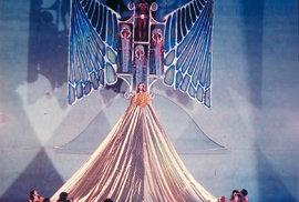Ježíš (Ed Vereen) vhodně hodně pozlacené róbě – Broadway, rok 1971