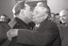 Politické polibky, zvané trojitý Brežněv, byly známou atrakcí televizních přenosů oné doby