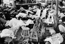 Při hromadné sebevraždě zemřelo přes 900 lidí.